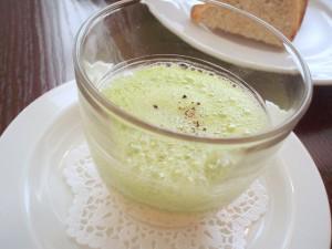 トリュフ風味のスクランブルエッグとグリンピースの泡