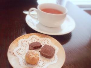 ミニシュークリームとクッキー、紅茶