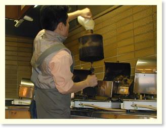 焙煎機にコーヒー生豆を投入