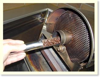 コーヒーの焼け具合を確認